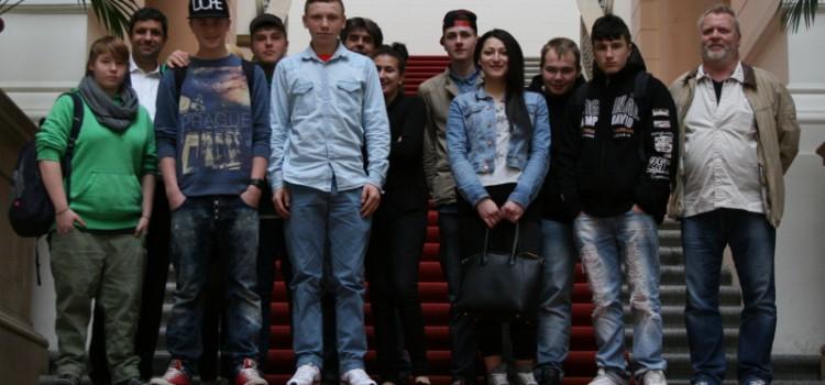 Schüler der Spandauer Travenschule zu Besuch bei Raed Saleh
