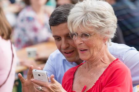 Raed Saleh mit einer Seniorin