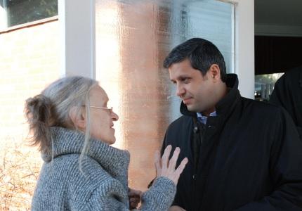 Am Austausch interessiert: Raed Saleh im Gespräch mit einer Spandauerin