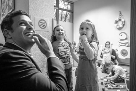 Raed Saleh mit zwei Kindern in einer Kita in Berlin