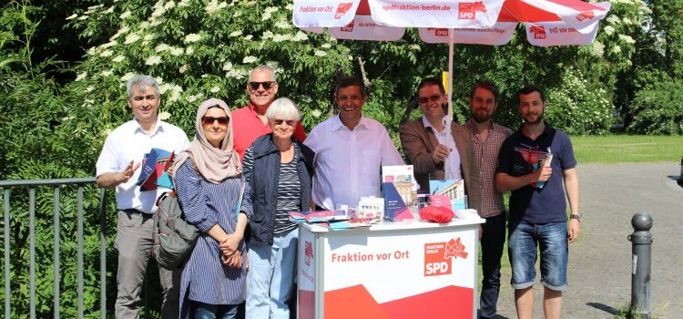 Fraktion vor Ort in Spandau mit dem Wahlkreisabgeordneten Raed Saleh